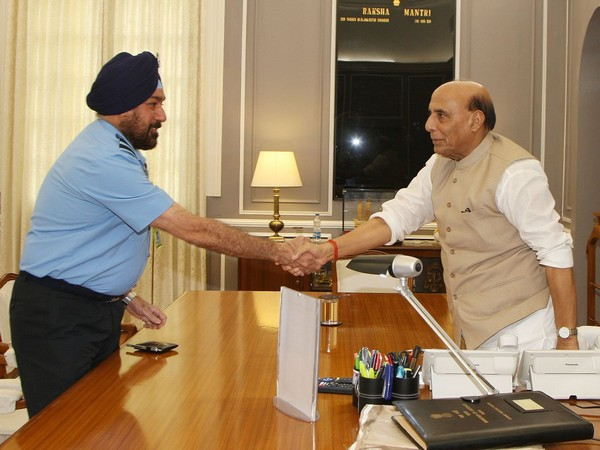 Vice Chief of Air Force, Air Marshal HS Arora called on Defence Minister Rajnath Singh. (Photo tweeted by Defence Ministry)
