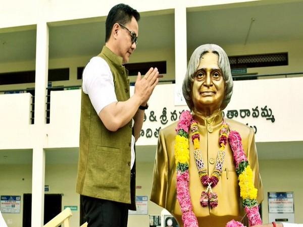 Kiren Rijiju paying his tribute to Dr APJ Abdul Kalam (Photo/ Kiren Rijiju Twitter)