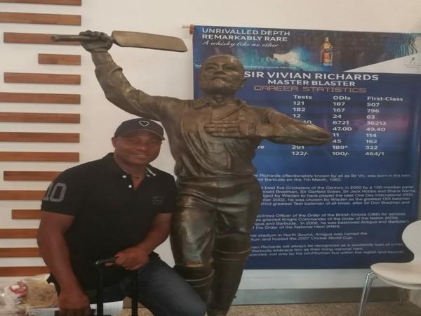 Brian Lara with statue of Vivian Richards (Photo/ Brian Lara Twitter)