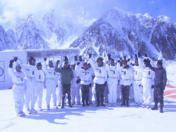 The Northern Army Commander visited troops deployed at forward posts in Siachen (Photo tweeted by Northern Command)