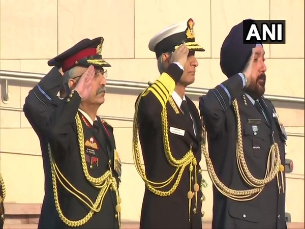 Delhi: Navy Chief Admiral Karambir Singh (in the center)  lays wreath at the National War Memorial. Photo/ANI
