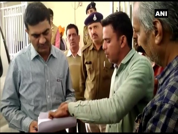 Shivpuri SP Rajesh Singh Chandel looking into complaint of businessman Prem Chand Shukla, whose onion truck went missing on its way from Nashik to Gorakhpur. (Photo/ANI)