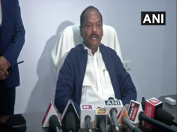 Jharkhand incumbent Chief Minister Raghubar Das speaking to media reporters in Jamshedpur on Monday. (Photo/ANI)