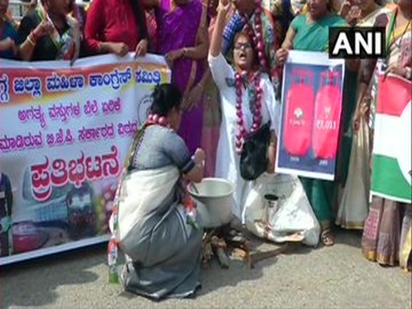 Demonstrators wore onion garlands, drew rangoli on road and cooked food with firewood. Photo/ANI