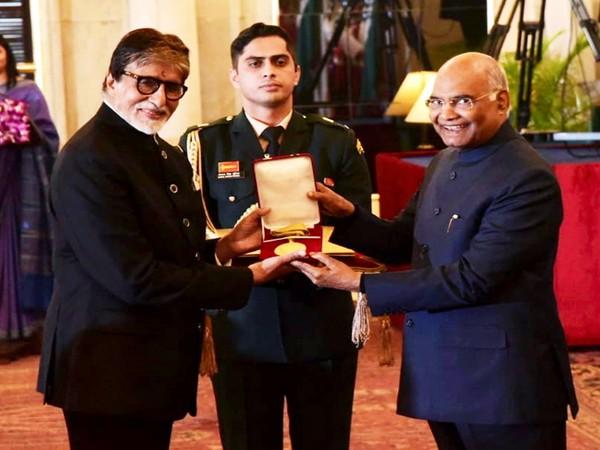 Amitabh Bachchan receiving Dada Saheb Phalke Award from President of India (Image Source: Twitter)