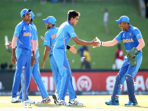 India celebrates dismissal of a Sri Lanka batsman (Photo/ Cricket World Cup Twitter)