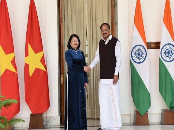 Vice President Venkaiah Naidu (L) with his Vietnamese counterpart Dang Thi Ngoc