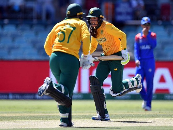 South Africa's Lizelle Lee and Sune Luus in action against Thailand (Photo/ T20 World Cup Twitter)