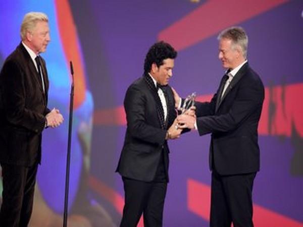 Sachin Tendulkar being presented with Laureus Sporting Moment Trophy (Photo/ Laureus Twitter)
