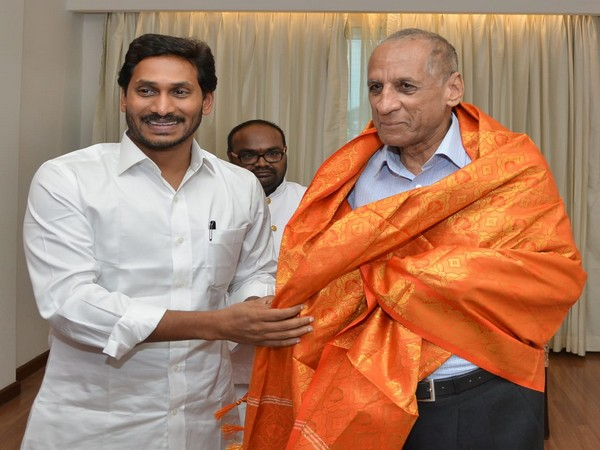 Andhra Pradesh Chief Minister YS Jaganmohan Reddy (left) meeting Governor ESL Narasimhan (right)