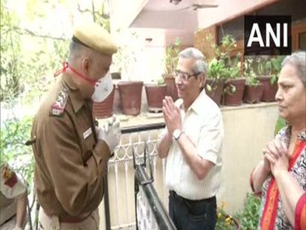 Delhi Police personnel deliver essentials to senior citizens amid the lockdown in the national capital. Photo/ANI
