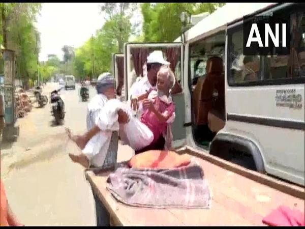 Policeman helps injured elderly man to reach hospital in Madhya Pradesh. Photo/ANI