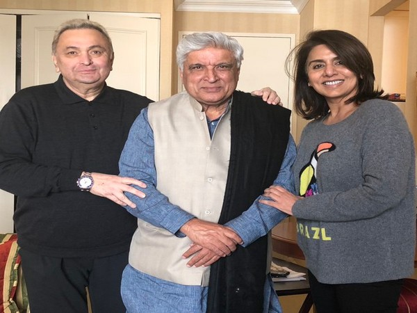 Late actor Rishi Kapoor with friend Javed Akhtar and wife Neetu Kapoor (Image Source: Twitter)