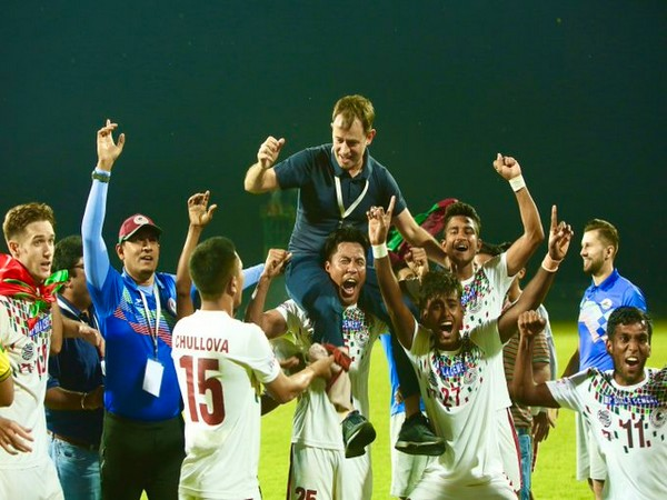 Mohun Bagan team lifts up coach Kibu Vicuna (Photo/ AFC Twitter)