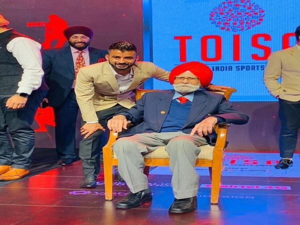 Manpreet Singh with hockey legend Balbir Singh (Photo/ Manpreet Singh Twitter)