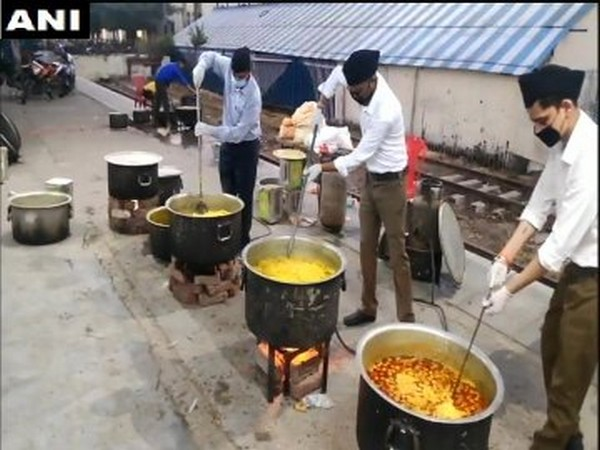 RSS workers prepare food at Moradabad Railway Station on Tuesday morning. [Photo/ANI]