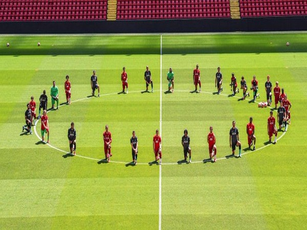 The Liverpool squad kneeling down during training session (Photo/ Trent Alexander-Arnold Twitter)