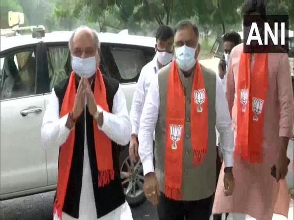 Union Minister Narendra Singh Tomar and BJP fishin frenzy online casino General Secretary Tarun Chugh outside state BJP chief CR Paatil's residence in Gandhinagar. (Photo/pkl 2019)