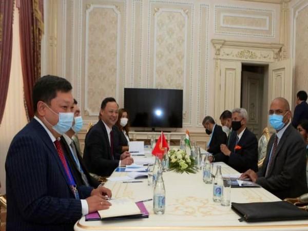 Jaishankar meets Kyrgyz Foreign Minister Ruslan Kazakbaev (Photo Credit: Twitter)