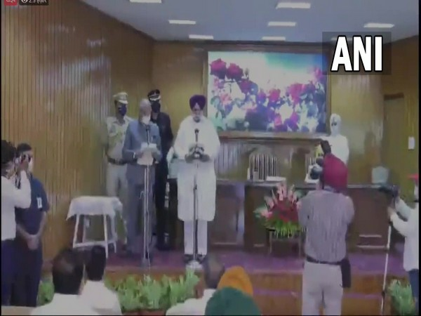 Punjab Governor Banwarilal Purohit administering the oath of office to Congress leader Sukhjinder S Randhawa (Photo/ANI)