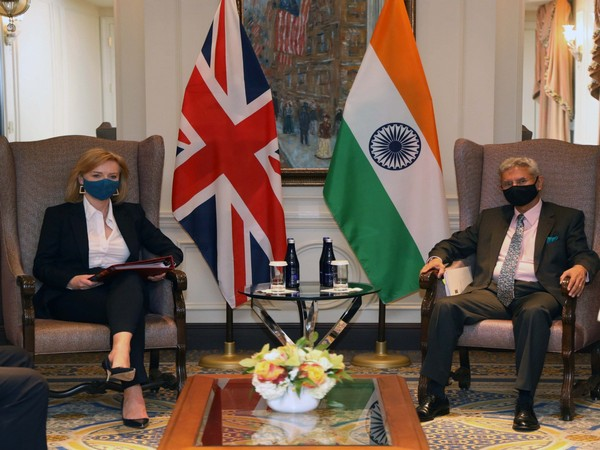 External Affairs Minister S Jaishankar (R) and UK Foreign Secretary Liz Truss (L) in New York, US. Photo Courtesy: Twitter/DrSJaishankar