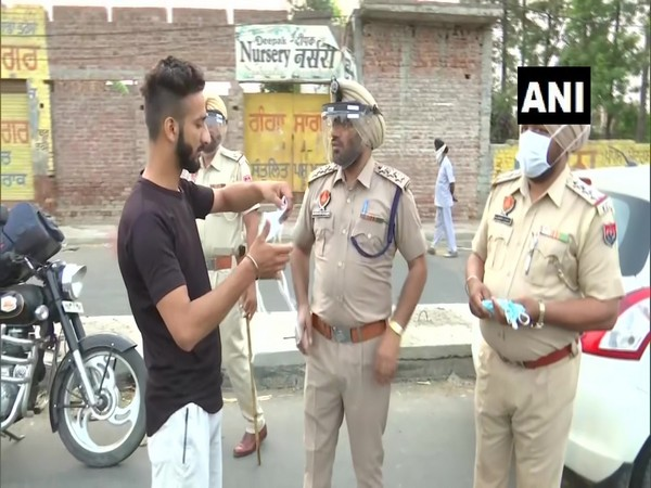 Amritsar Police distribute masks to people on the street
