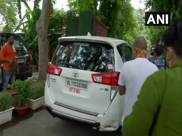A team of Enforcement Directorate arrives at the residence of Congress leader Ahmed Patel for questioning, in connection with Sandesara scam on Thursday. [Photo/ANI]