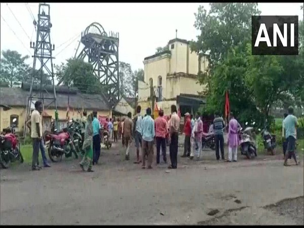 Coal India Limited (CIL) workers protest against privatisation of the company in Asansol. [Photo/ANI]