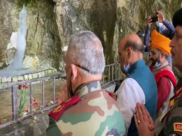 Defence Minister Rajnath Singh and Chief of Defence Staff Bipin Rawat offering prayers at Amarnath Temple (Photo/ANI)
