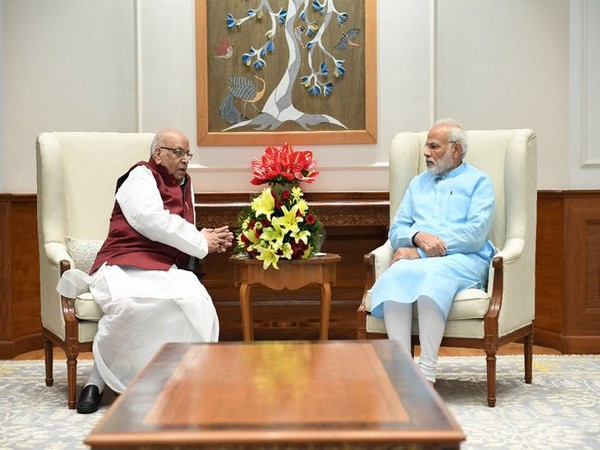 Prime Minister Narendra Modi (right), Madhya Pradesh Governor Lalji Tandon (left). (Photo/Twitter/PM Modi)