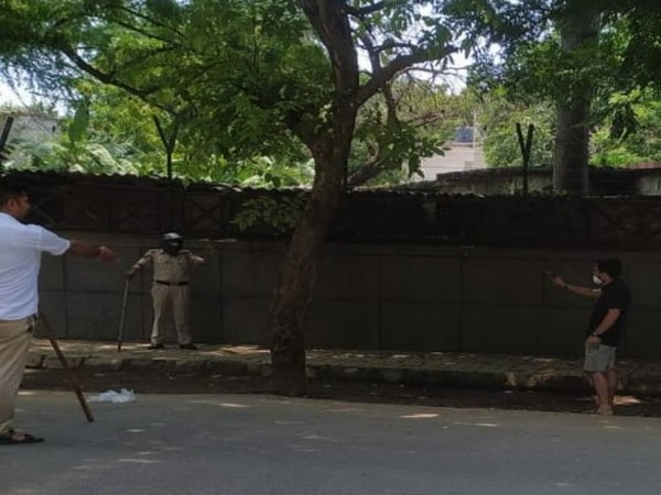 Delhi Police personnel stood their ground after the accused, Daman Arora pointed a gun at them.