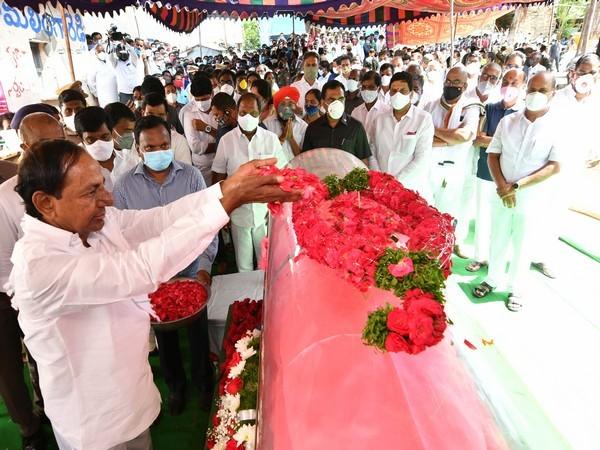CM K Chandrasekhara Rao participating in the last rites of TRS MLA Solipeta Ramalinga Reddy [Source: Twitter]