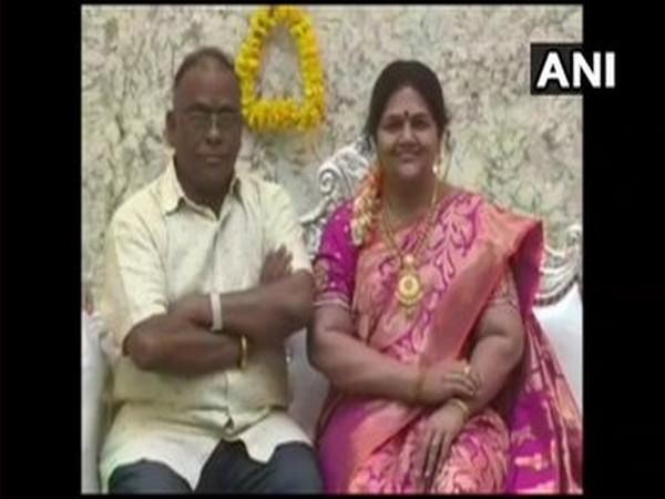 Shrinivas Gupta (L) with his wife's silicon wax statue [Photo/ANI]