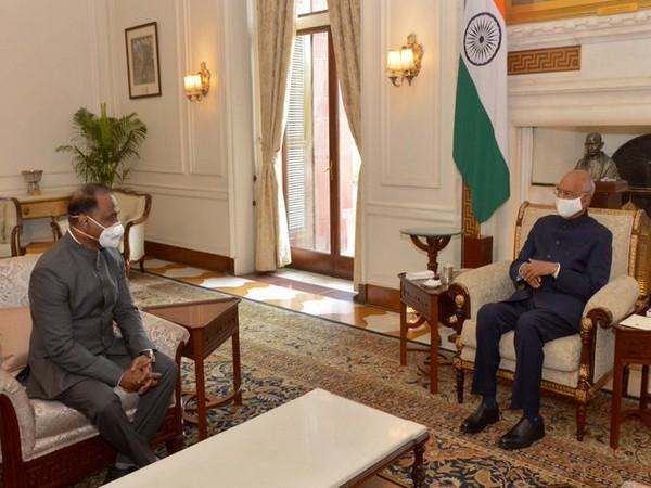 Comptroller and Auditor General of India, Girish Chandra Murmu (left), President Ram Nath Kovind (right) (Photo/Twitter/President of India)