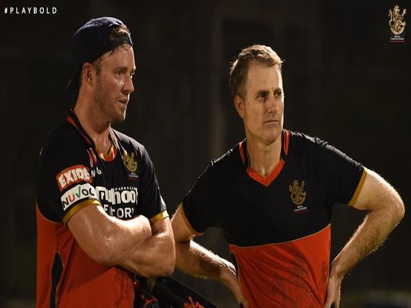 AB de Villiers with RCB coach Simon Katich. (Photo/ RCB Twitter)