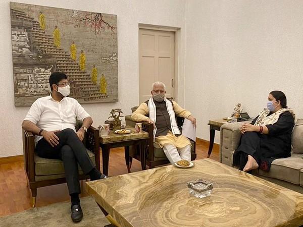 Haryana Chief Minister met Union Minister Smriti Irani (Photo/Twitter/Manohar Lal)