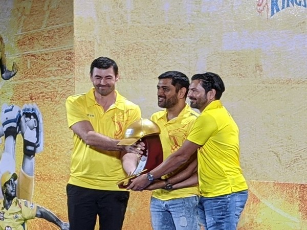 MS Dhoni being presented an award for his performance in IPL 2019. (Photo/ CSK Twitter)