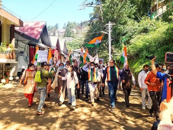 Himachal Pradesh Congress PCC workers marching from Ridge to Raj Bhawan (Photo/Twitter)
