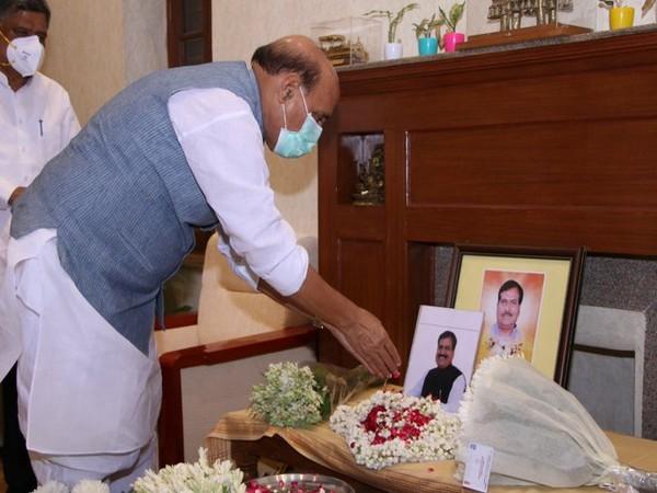 Defence Minister Rajnath Singh on Thursday paid his last tributes to Suresh Angadi (Photo/Twitter/Rajnath Singh)