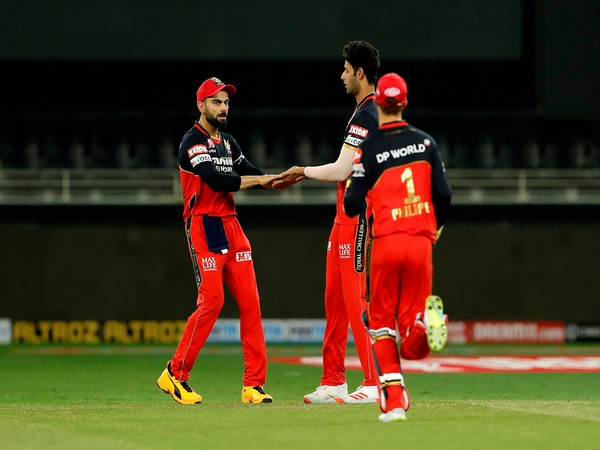 Virat Kohli with teammates during the clash against KXIP (Photo/ IPL Twitter)