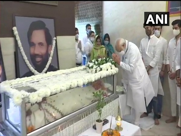 Prime Minister Narendra Modi paying respects to the departed leader. (Photo/ANI)