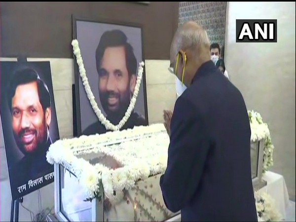 President Ram Nath Kovind paying respects to the departed leader. (Photo/ANI)