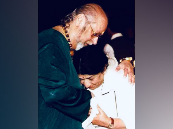 Veteran singer Lata Mangeshkar with late actor Shammi Kapoor (Image Source: Twitter)