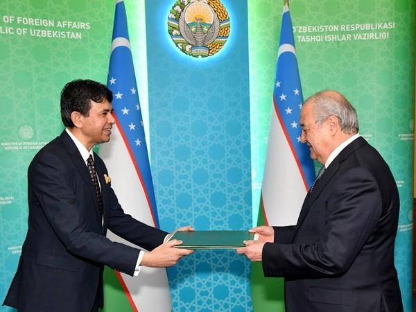 Indian Ambassador to Uzbekistan Manish Prabhat and Uzbekistan FM Abdulaziz Kamilov. (Credit: Twitter/India in Uzbekistan)