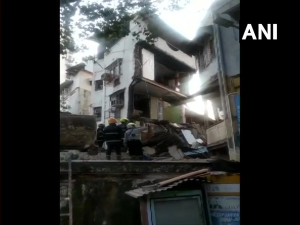 Visual of the collapsed building in Mumbai.