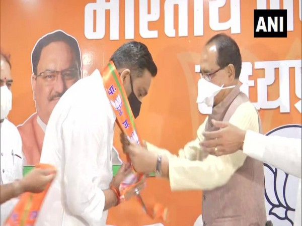 Rahul Lodhi with Madhya Pradesh Chief Minister Shivraj Singh Chouhan on Sunday. (Photo/ANI)