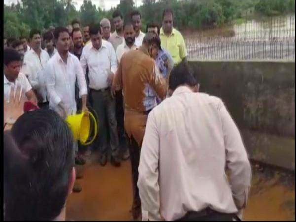 MLA Nitesh Rane and his supporters threw mud on an engineer on Thursday. (Photo/ANI)