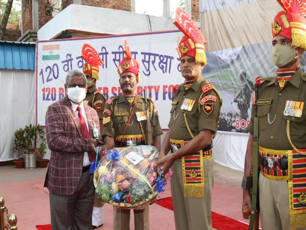 BSF welcome a member of the delegation from Bangladesh in Agartala on Wednesday. (Source; Indian High Commission)