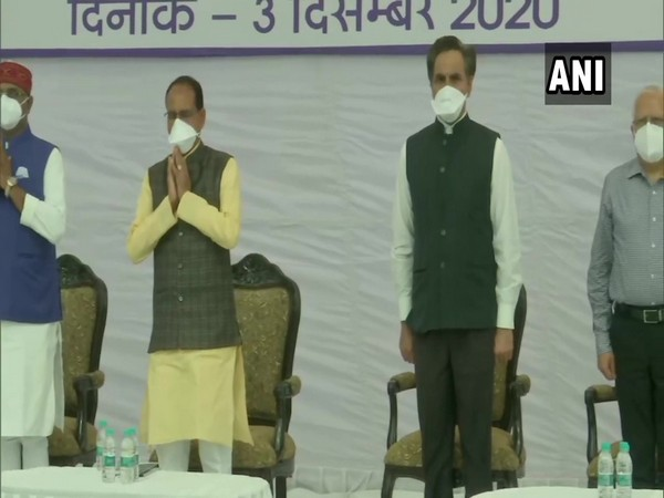 Madhya Pradesh Chief Minister Shivraj Singh Chauhan and othes observing a 2-minute silence. (Photo/ANI)