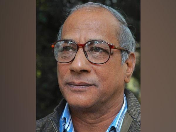 Hindi poet Manglesh Dabral. (Source: Trivendra Singh Rawat/ Twitter)